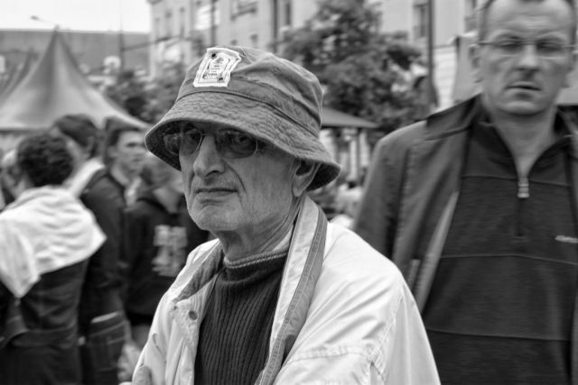 Man with hat and glasses in Le Mans - Fuji X-Pro1