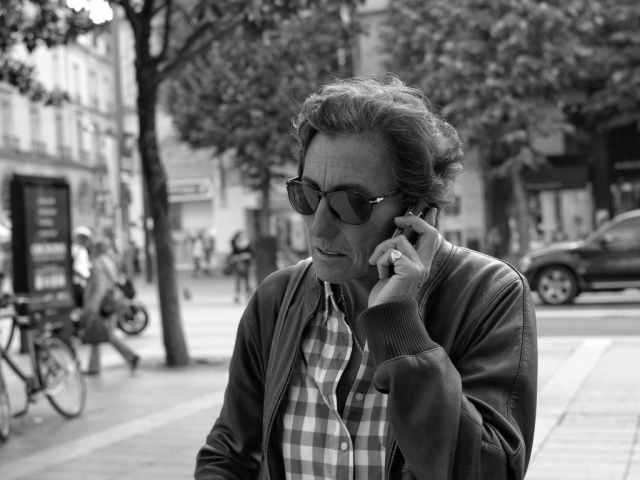 Man on phone and walking in Nantes - Fuji X-Pro1
