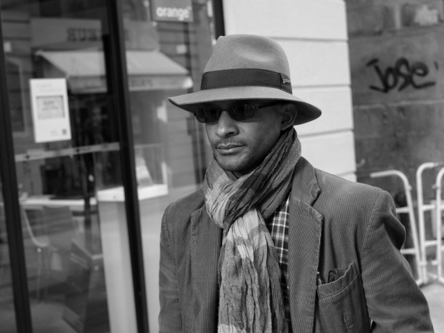 Man with hat and sunglasses walking in Nantes - Fuji X-Pro1