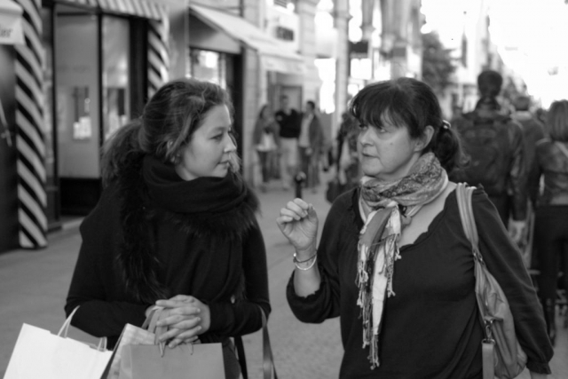 Women walking and talking in Nantes - Fuji X-Pro1
