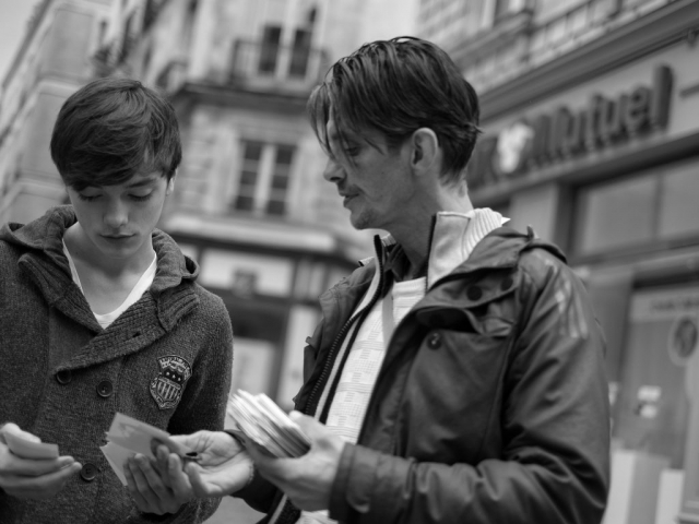 People discussing cards in Nantes - Fuji X-Pro1