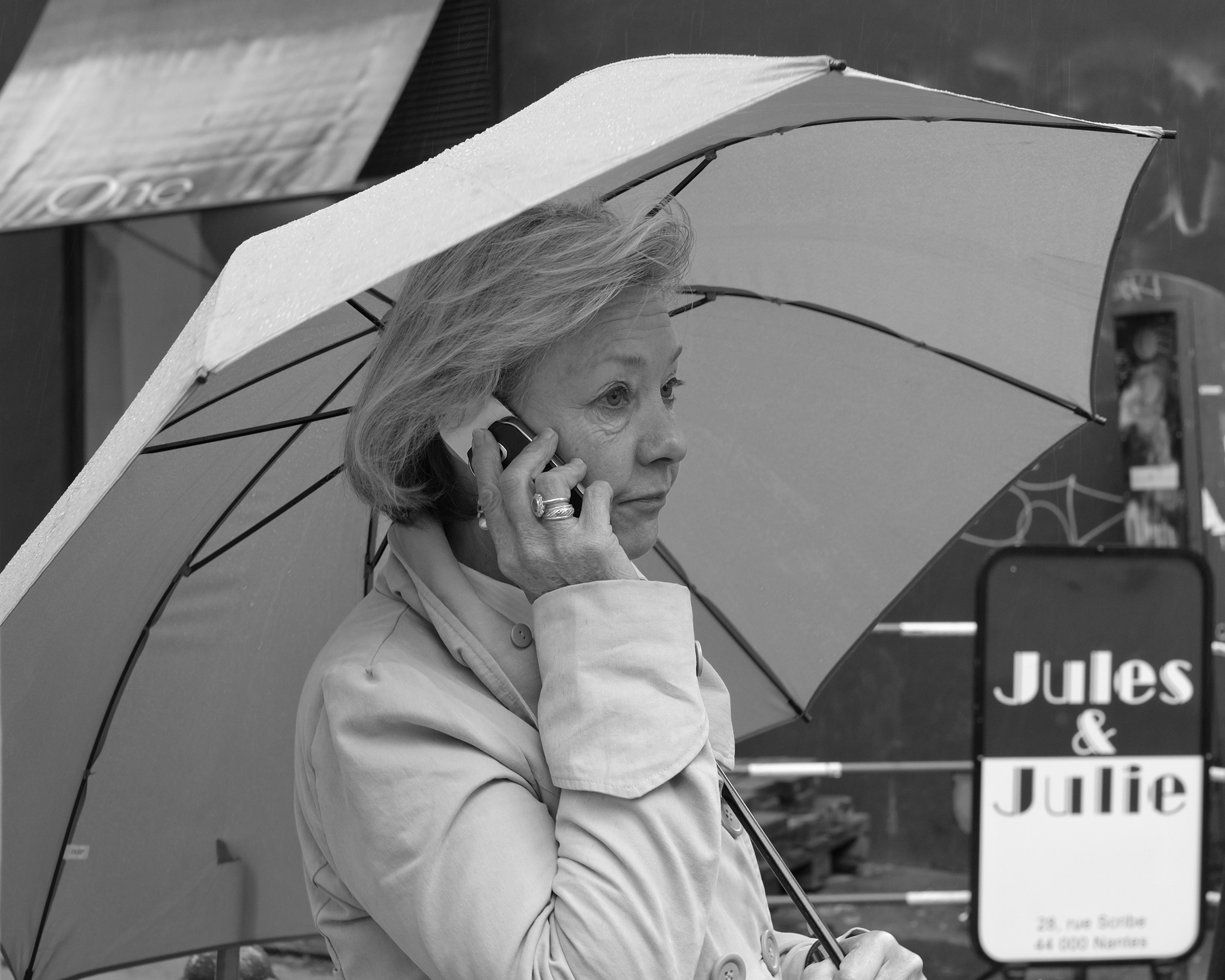 Woman walking with phone and umbrella in Nantes - Fuji X-Pro1