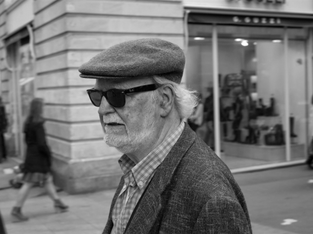 Man with cap and sunglasses walking in Nantes - Fuji X-Pro1