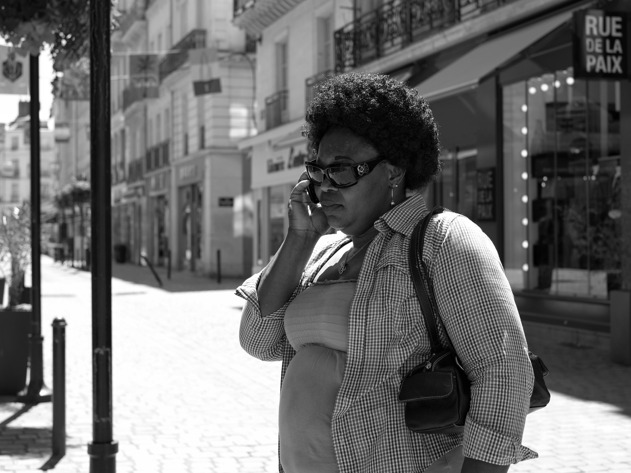 Women with phone and sunglasses in Nantes - Fuji X-Pro1