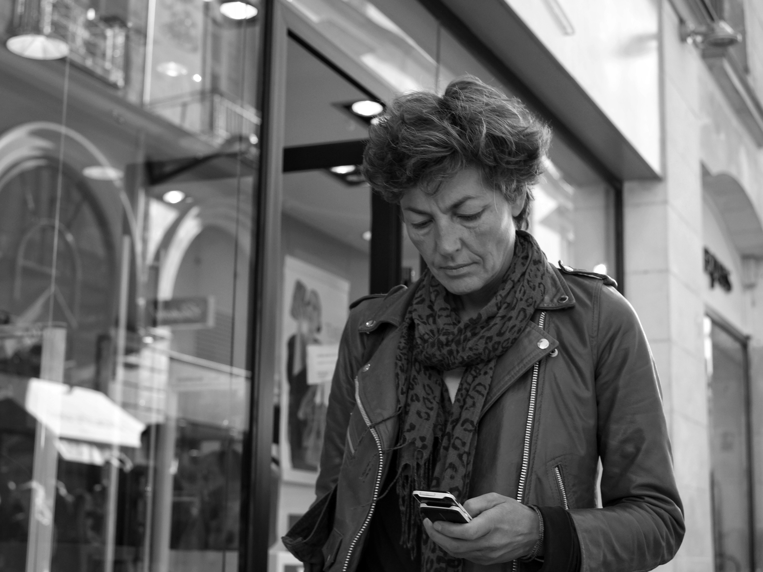 Woman walking and on phone in Nantes - Fuji X-Pro1